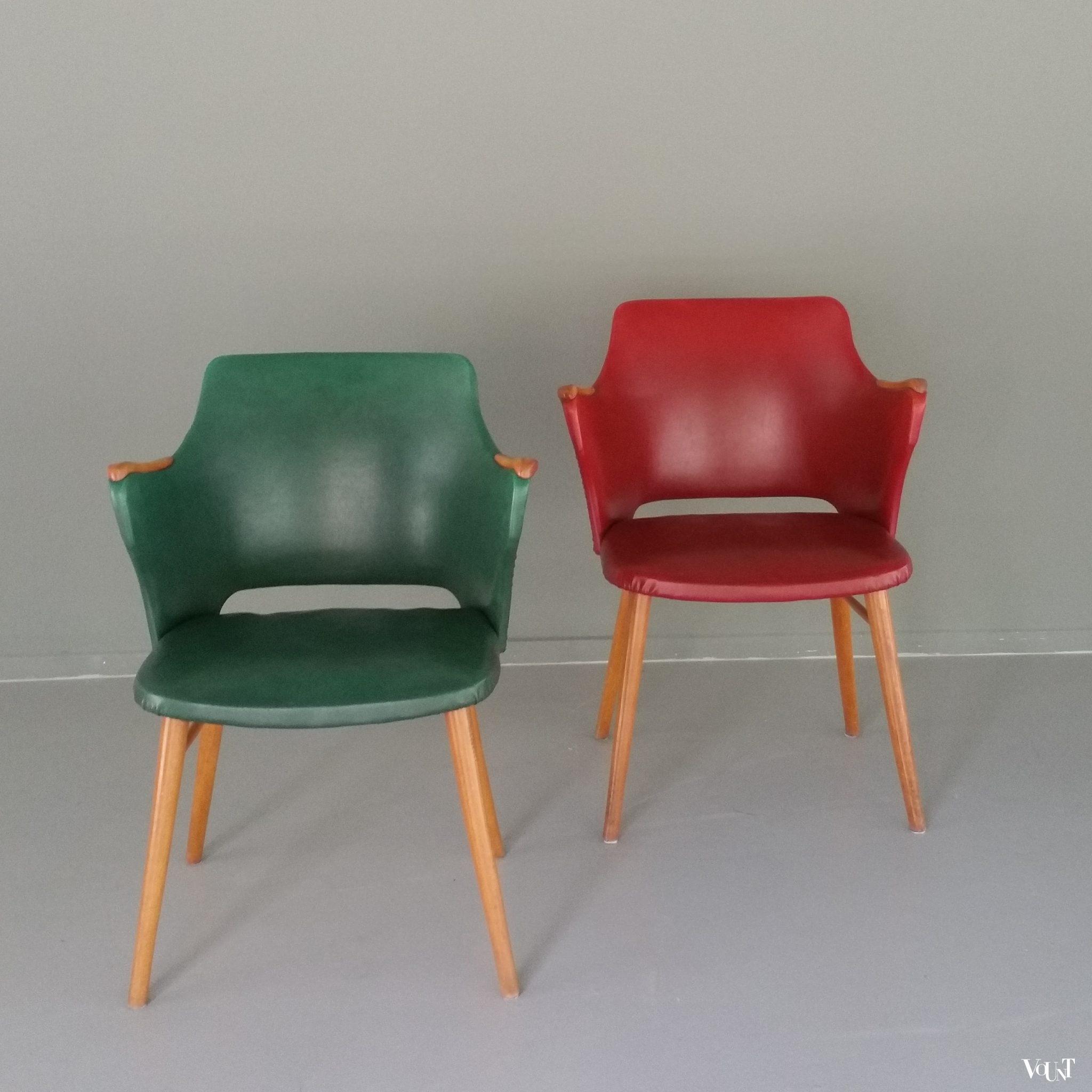 Stoel met groene skai bekleding en houten armleggers for Groene stoel