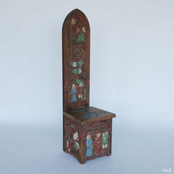 Bewerkte stoel in gotische stijl met hoge rug en klep