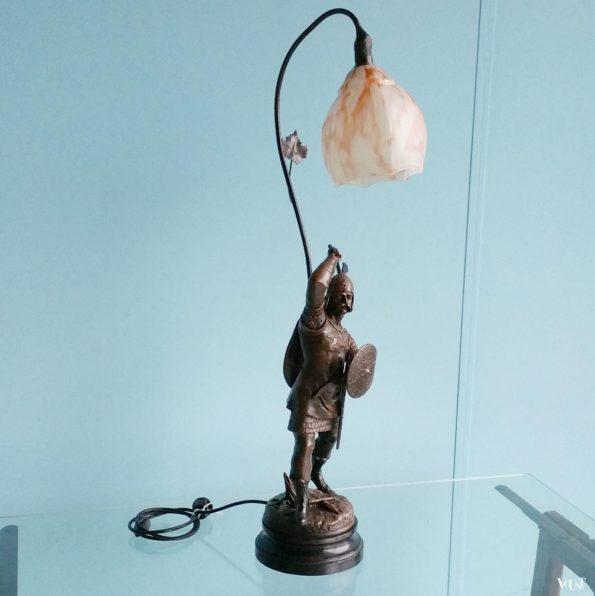 Lamp beeld strijder met bijl en schild, Emile Bruchon, Frankrijk, eind 19e eeuw