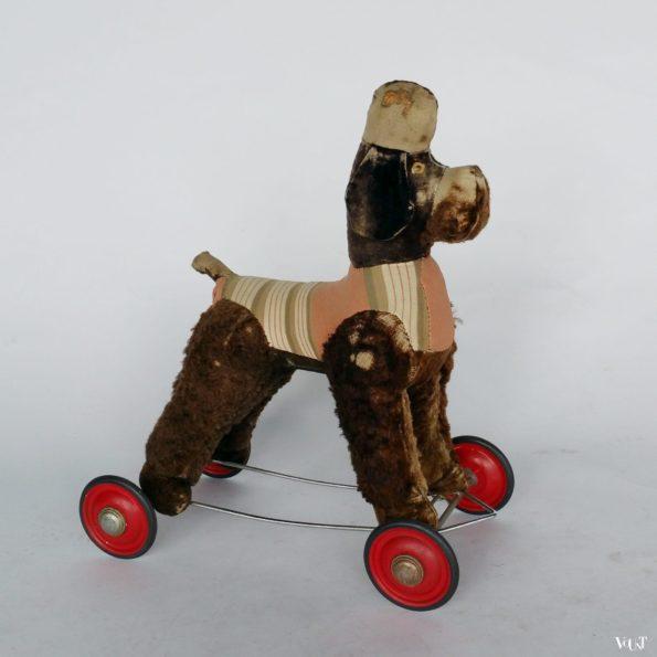 Vintage speelgoedpoedel op wielen