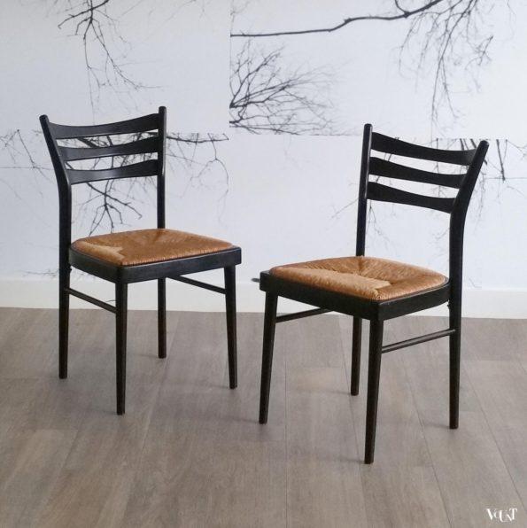 Set van 2 zwarte houten stoelen met biezen zitting, jaren '70